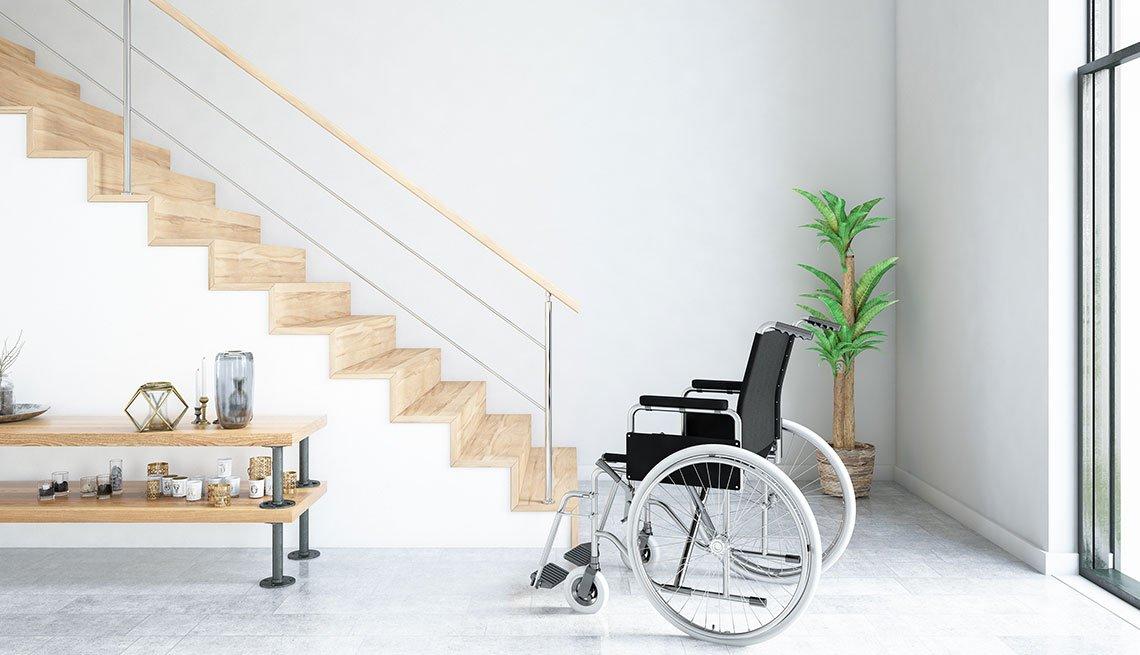 Una silla de ruedas frente a una escalera