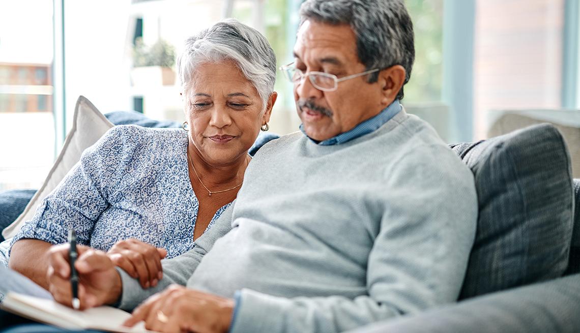 Una pareja mirando información en un cuaderno