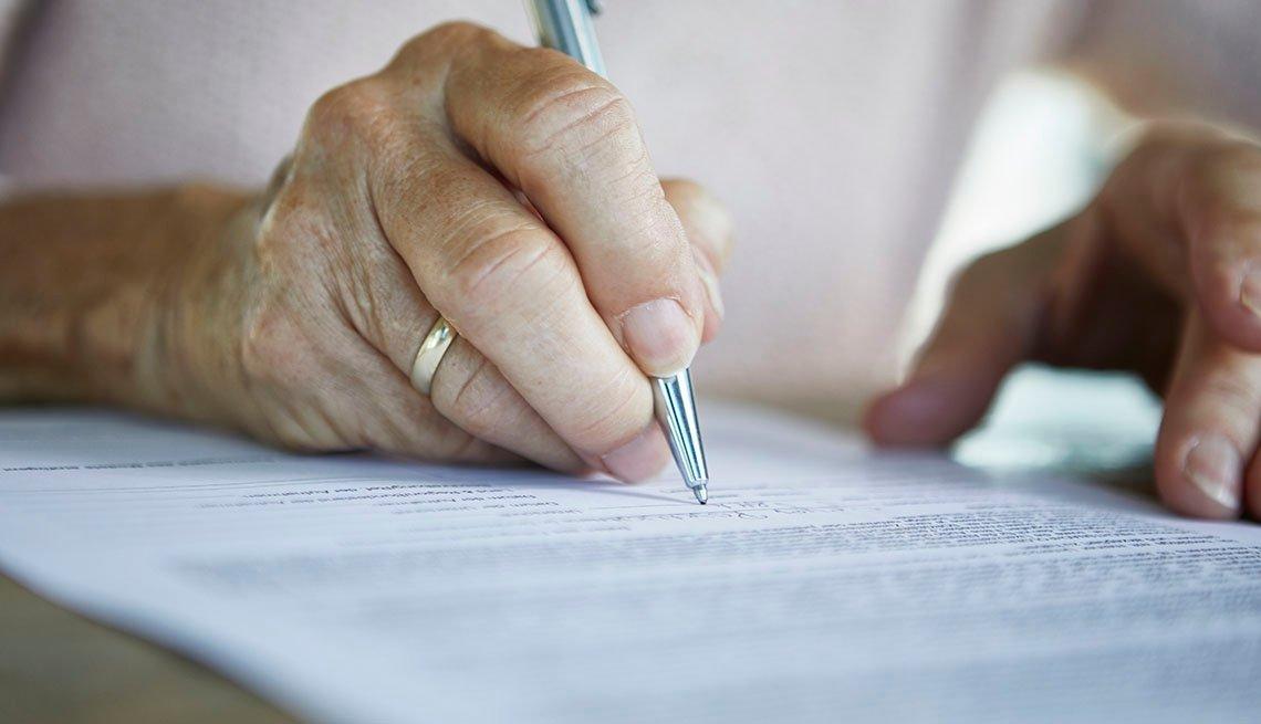 Persona firmando un testamento