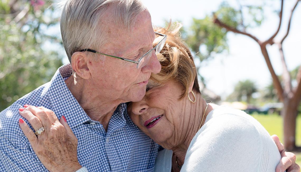 Una pareja mayor se abraza