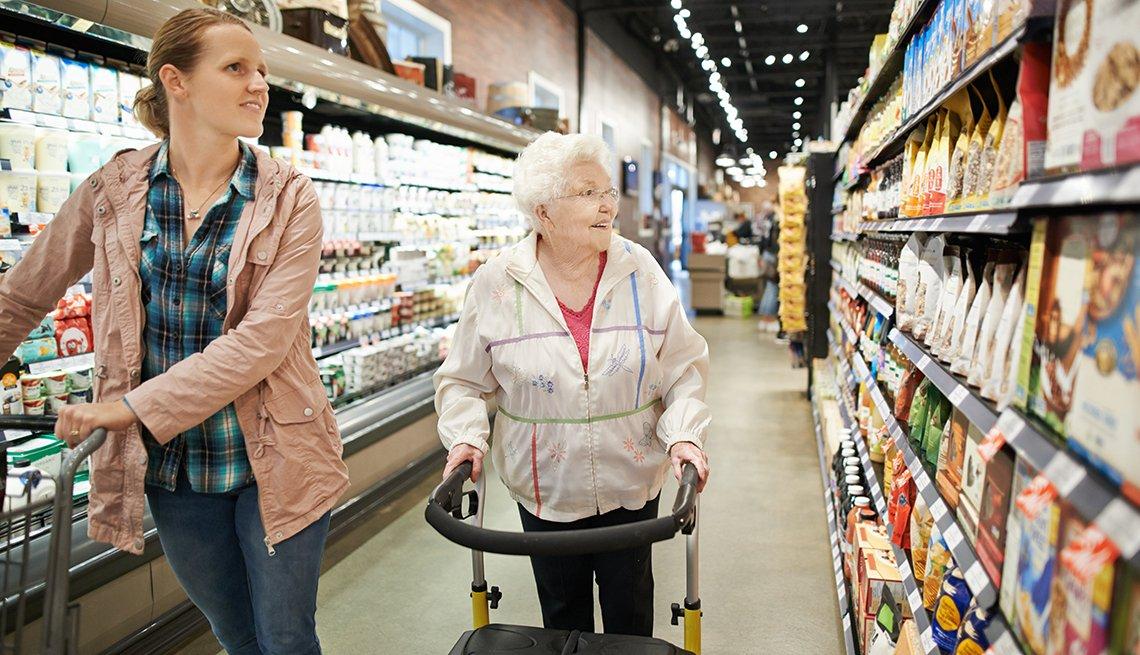 Dos mujeres en una tienda de víveres