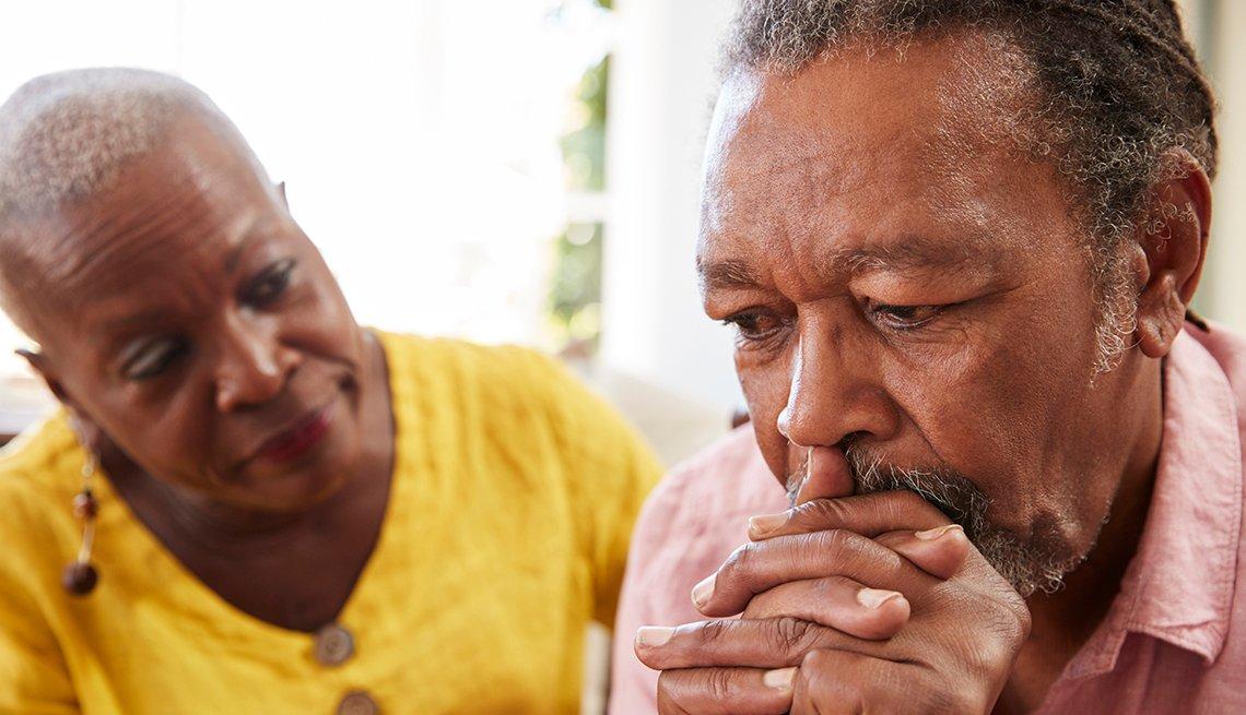 Hombre preocupado y su esposa lo consuela