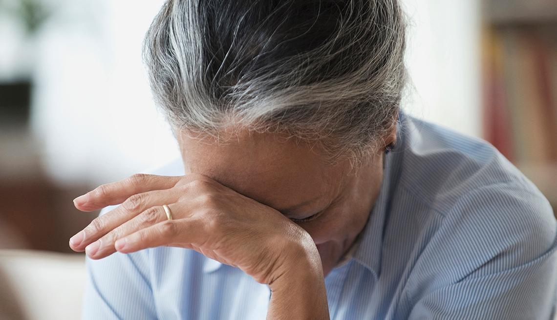 Mujer con su cabeza apoyada en una mano