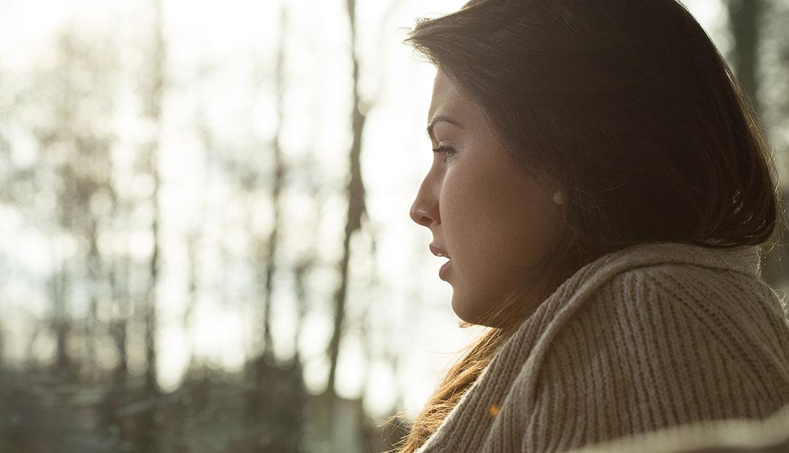 Mujer pensativa con la mirada perdida