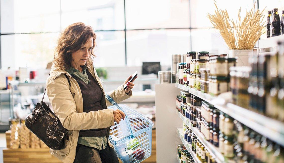 Una mujer comprando vitaminas