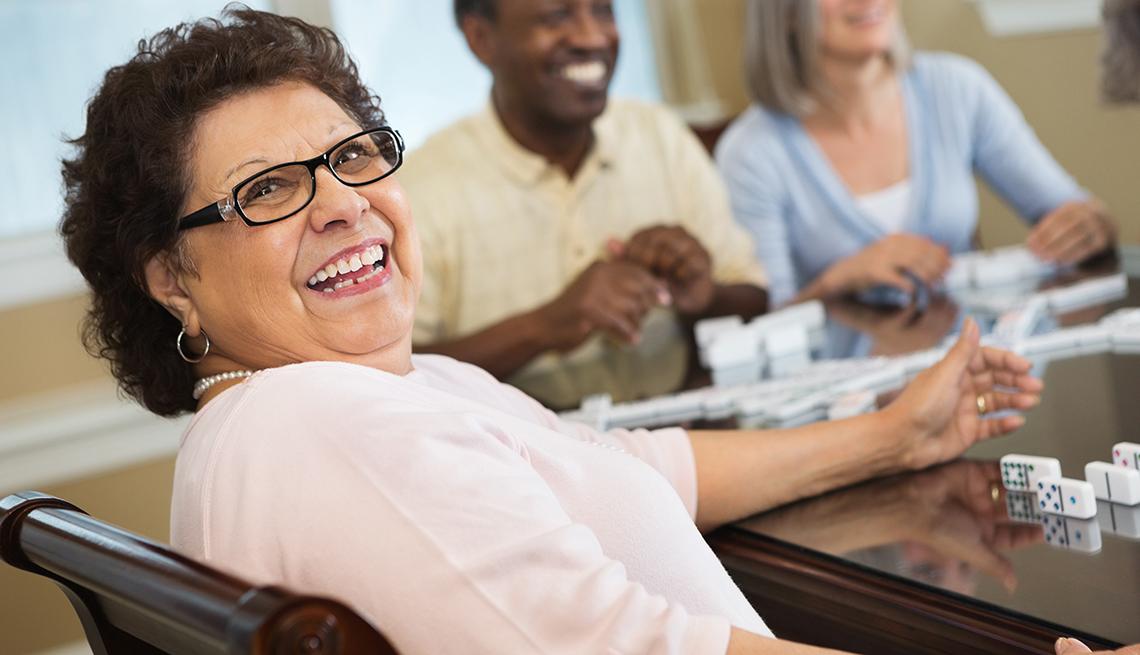 Mujer juega dominó en un centro para jubilados