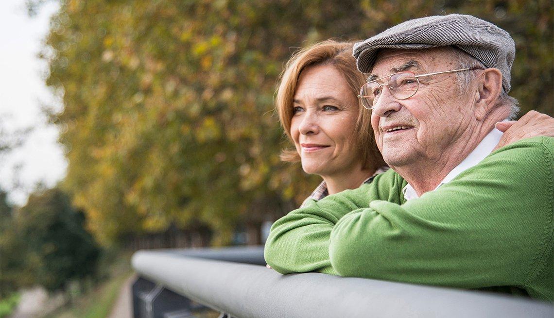 Hombre mayor y su hija en un parque