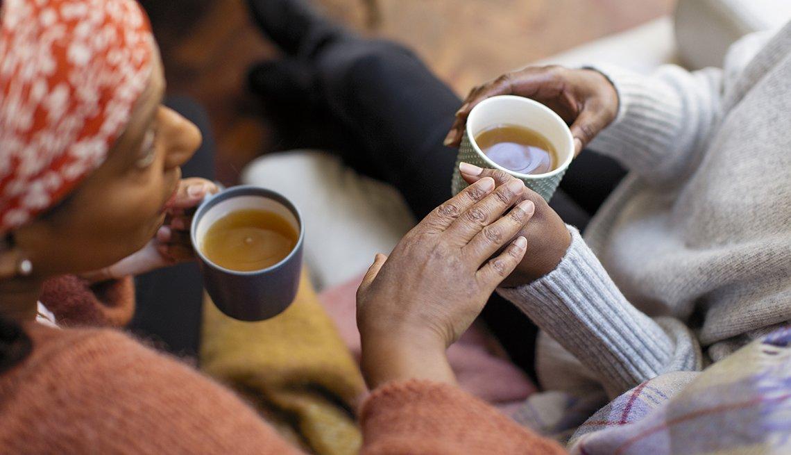 Dos mujeres conversan mientras toman un café