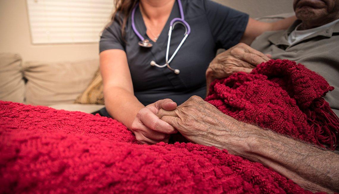 Un médico asiste a una persona mayor en un hospicio