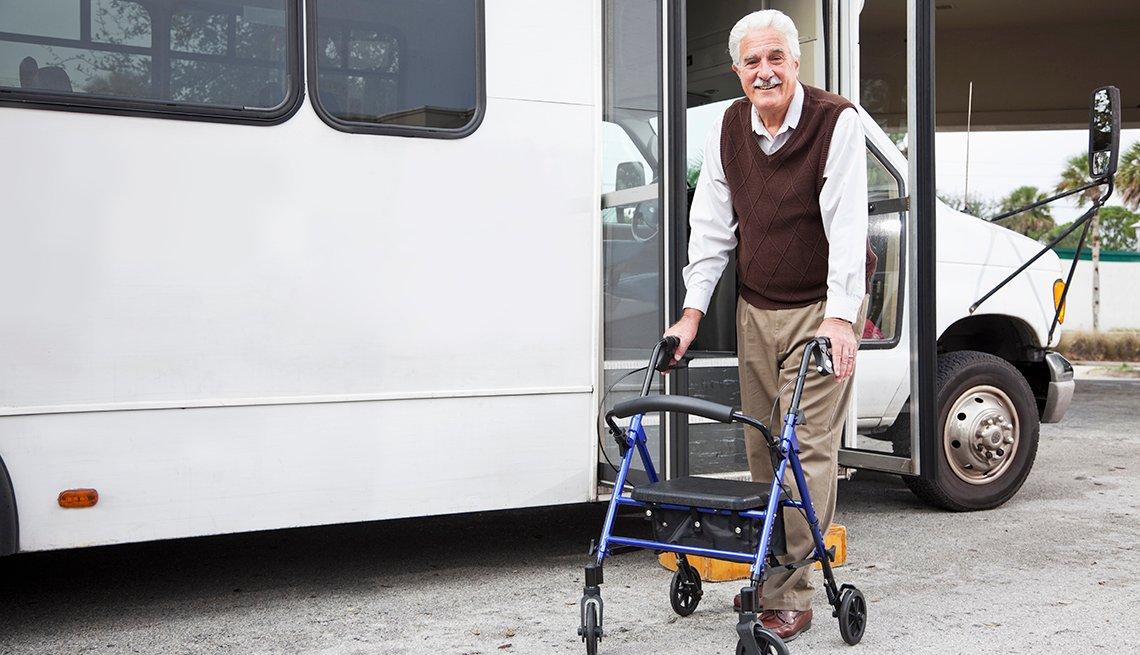 Un hombre mayor usa un andador