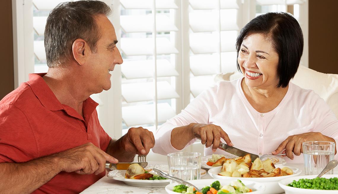 Una pareja disfruta de un almuerzo