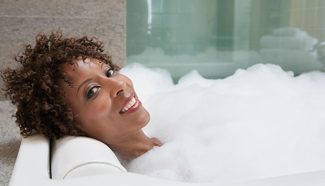 Mujer dándose un baño de burbujas