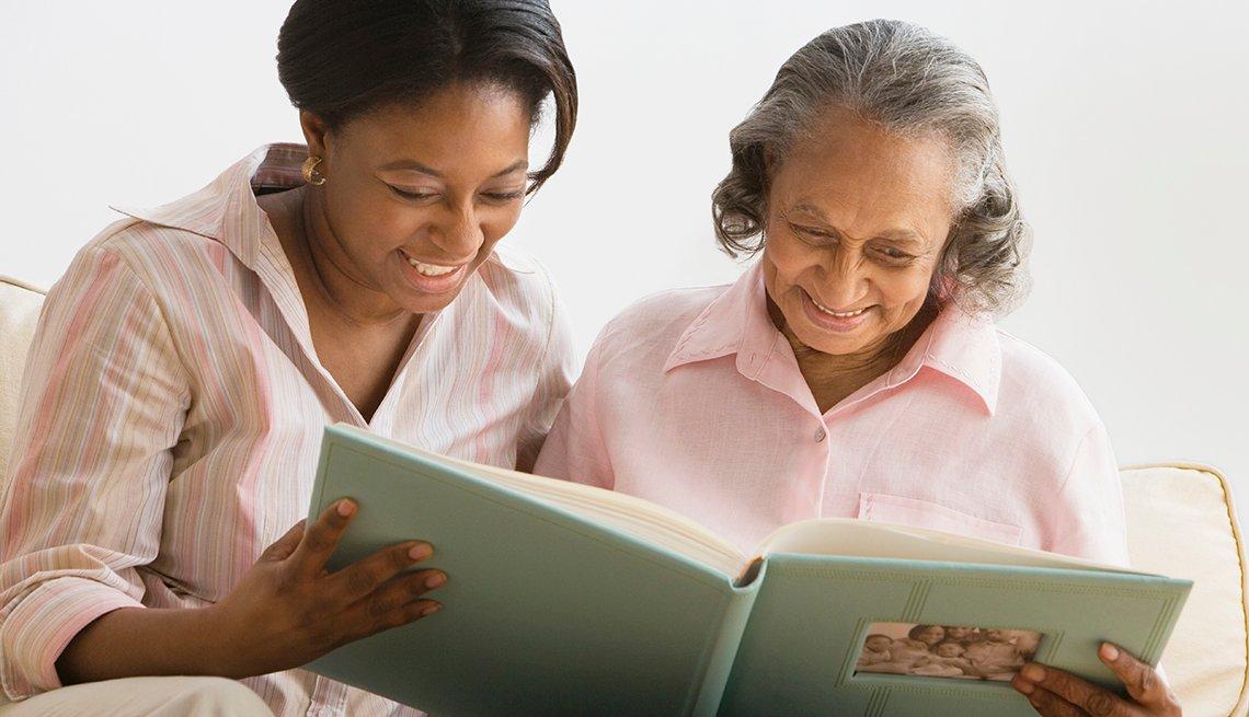 Madre e hija ven un álbum de fotos