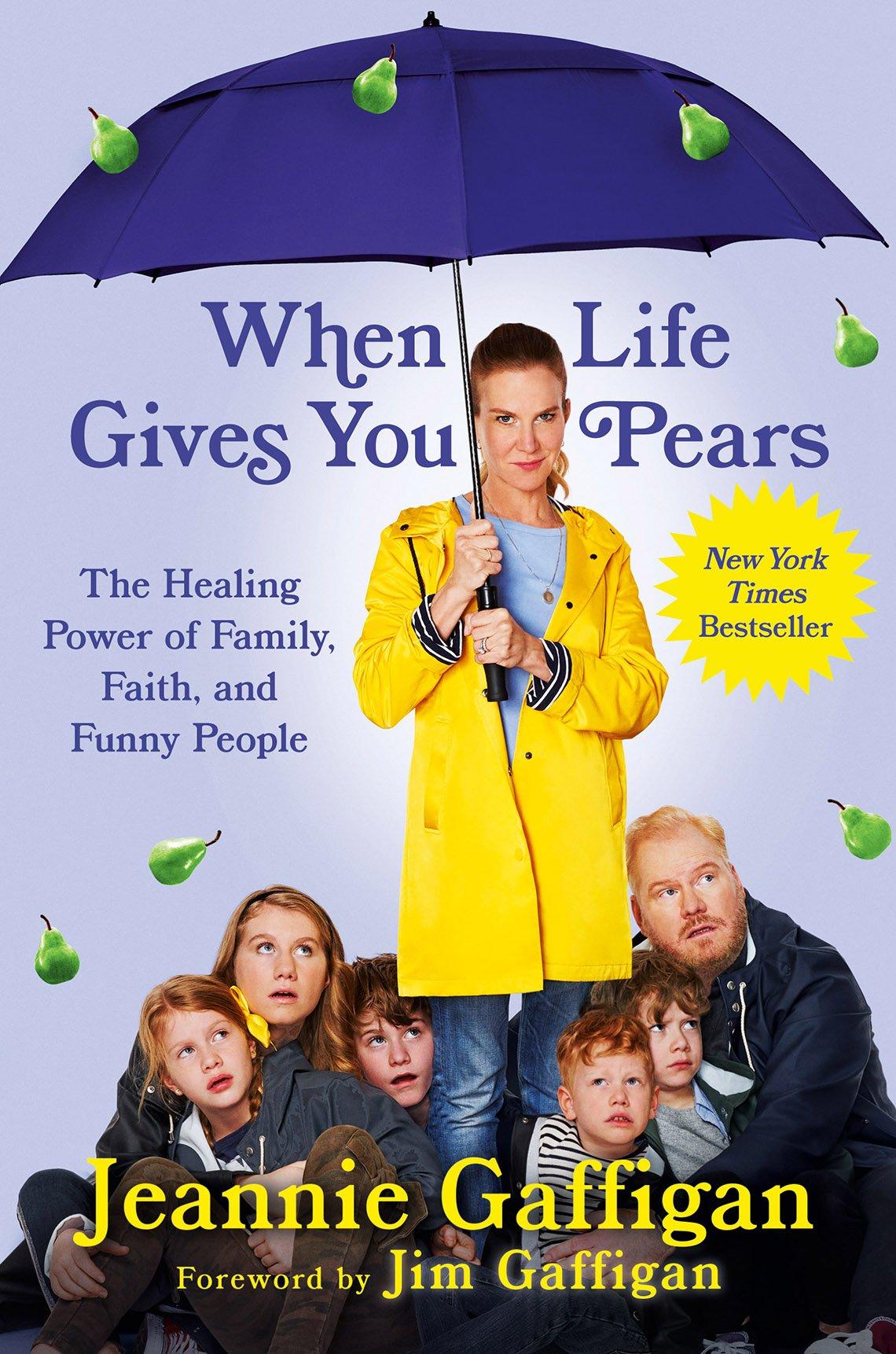 Portada del libro When Life Gives You Pears. Jeannie Gaffigan y su familia de pie bajo un paraguas morado mientras llueve peras