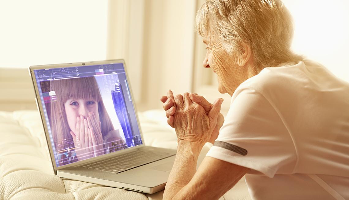 Una mujer mayor conversa con un familiar a través de una videollamada