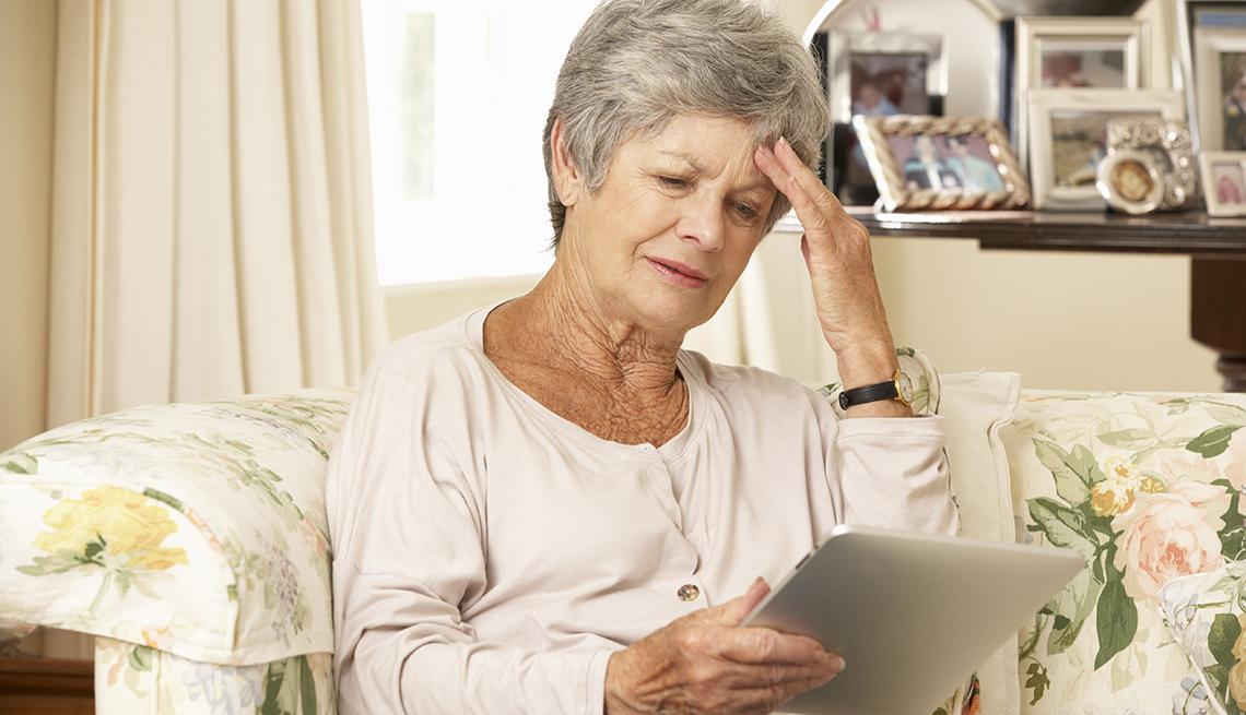 Mujer en un hogar de ancianos con una tableta en su mano