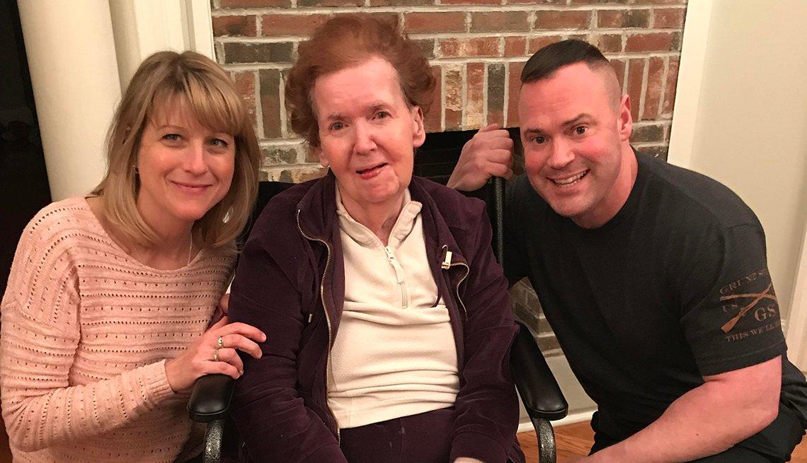 Scott Thomas con su abuela Lona Erwin, al centro y su esposa Deb