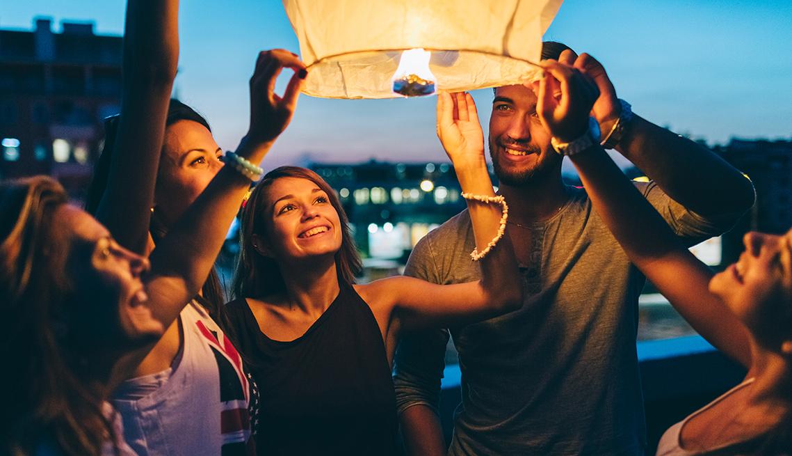 Un grupo de personas libera una linterna de papel al aire