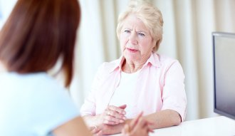 Una mujer consulta un experto en cuidados a largo plazo