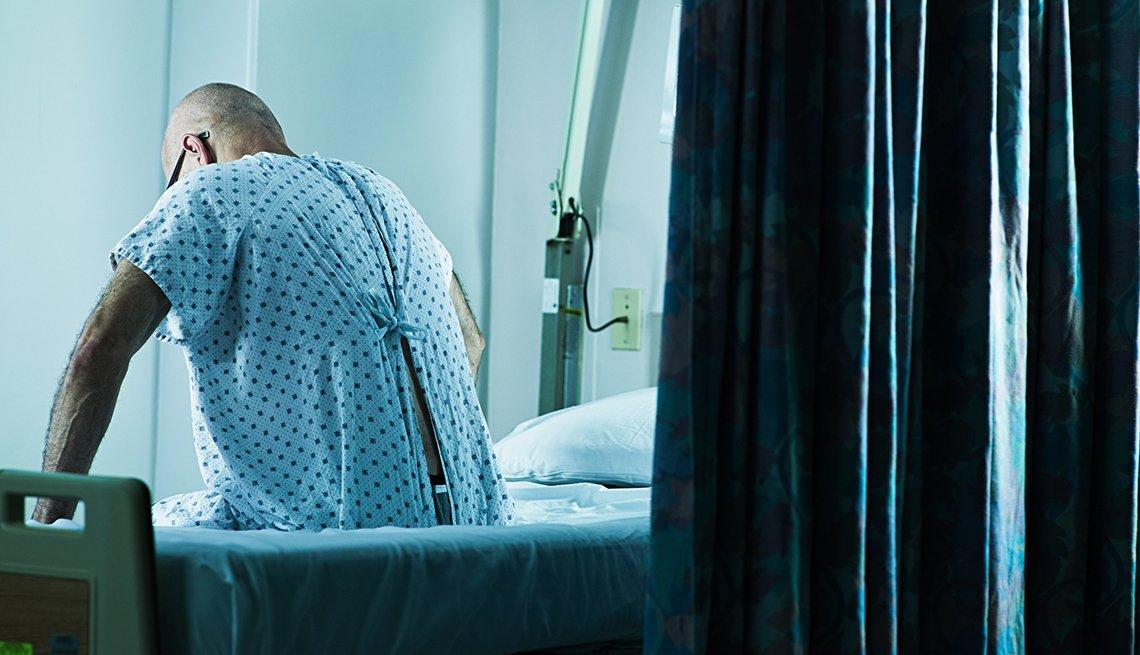 Un hombres convaleciendo en un hospital