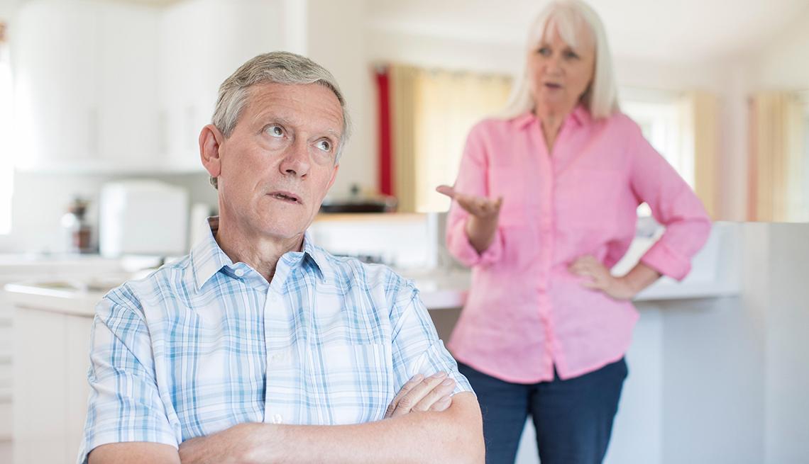 Hombre y mujer discutiendo en casa