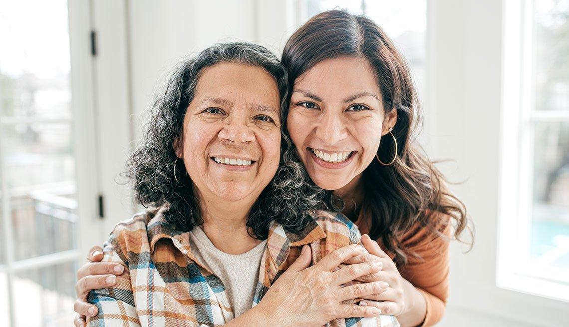 Una mujer adulta abraza a su madre, una mujer mayor