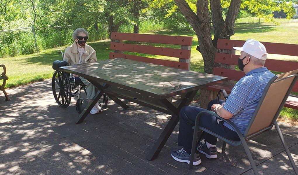 Bill y Betty Lundgren se encuentran en una visita fuera del hogar de ancianos