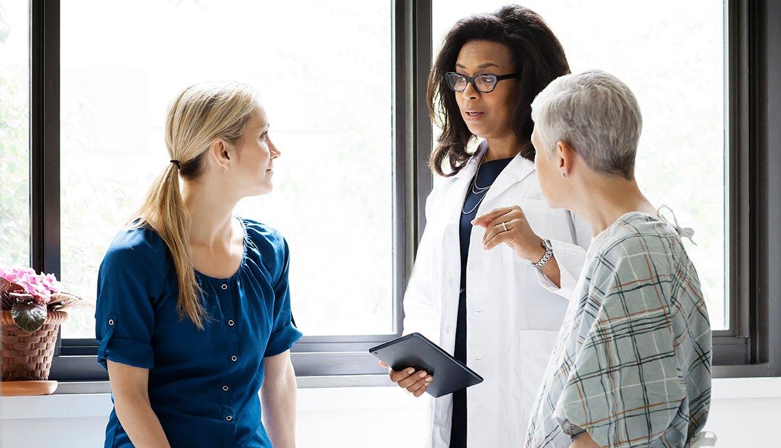 Hija adulta acompaña a su madre a una cita al médico