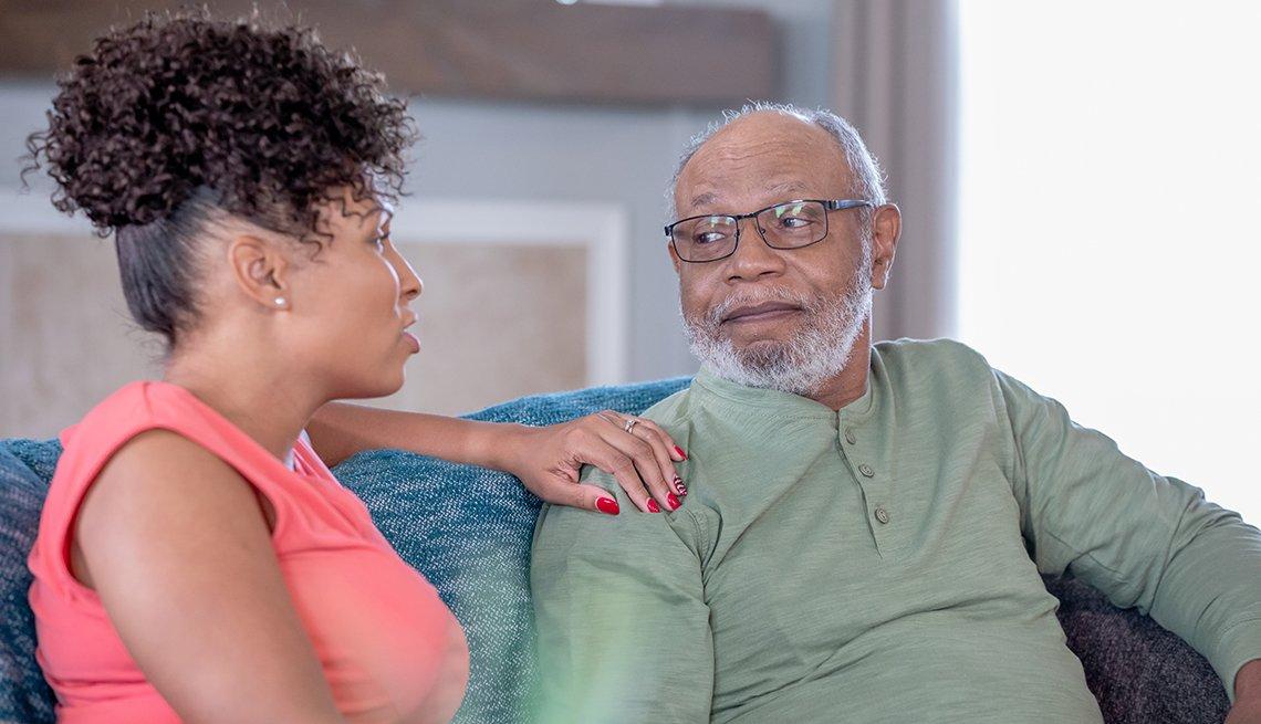 Mujer afroamericana hablando con su padre