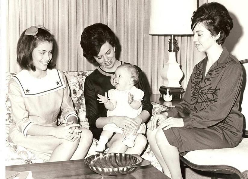 Alison Lolley con mamá y familia en 1964