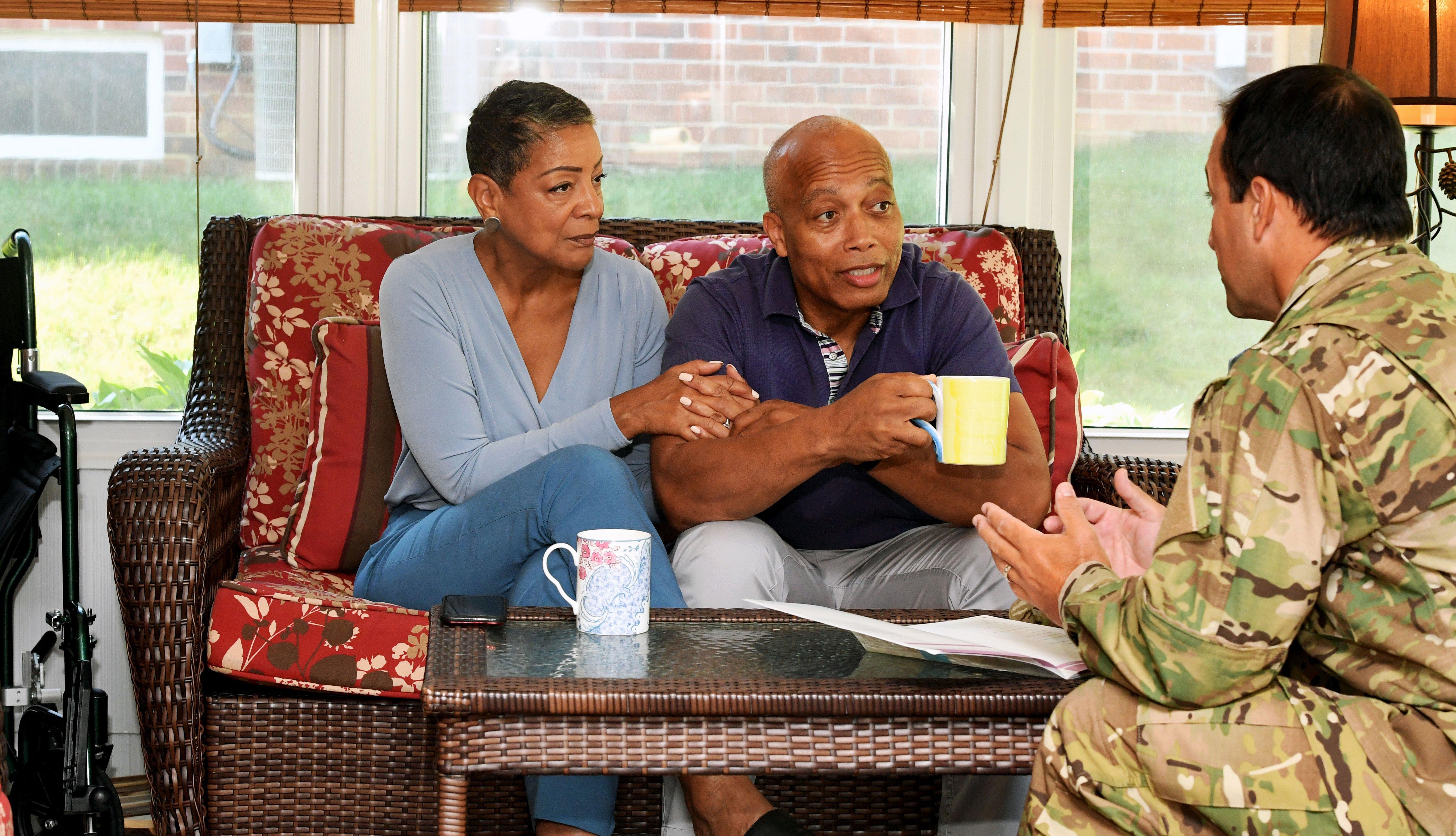 Una familia recibe la visita de un militar