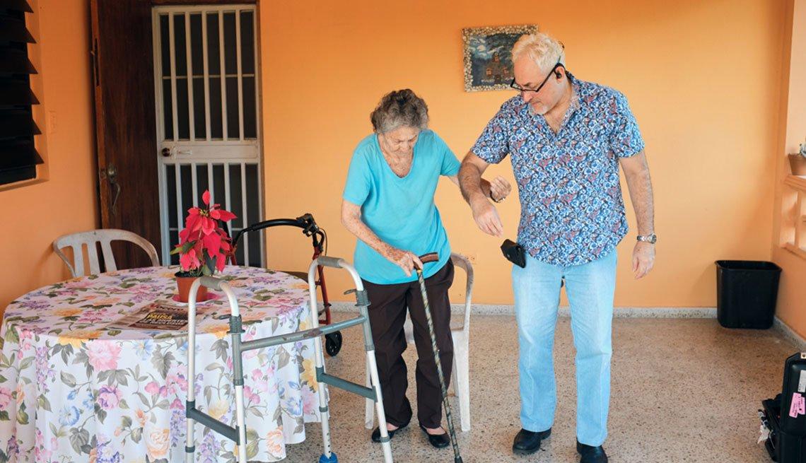 Edgardo Vélez ayuda a su madre, Encarnita Munich, a caminar