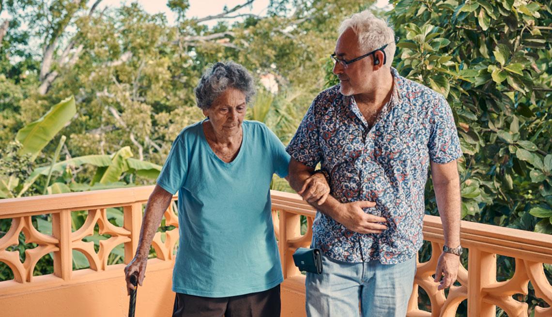 Edgardo Vélez y su madre, Encarnita Munich, en el balcón de su casa en Bayamón, Puerto Rico