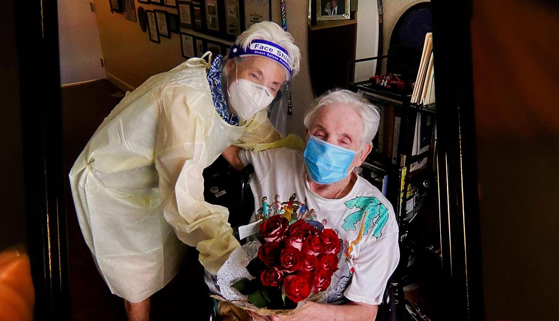 Marlys Meckler, de 81 años, a la izquierda, se reúne con su esposo, Milton Meckler, de 87, en su centro de vida asistida