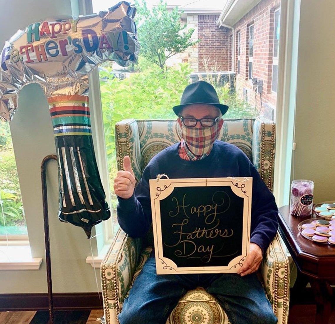Richard, usando una mascarilla, festeja el Día de los padres en un hogar de ancianos