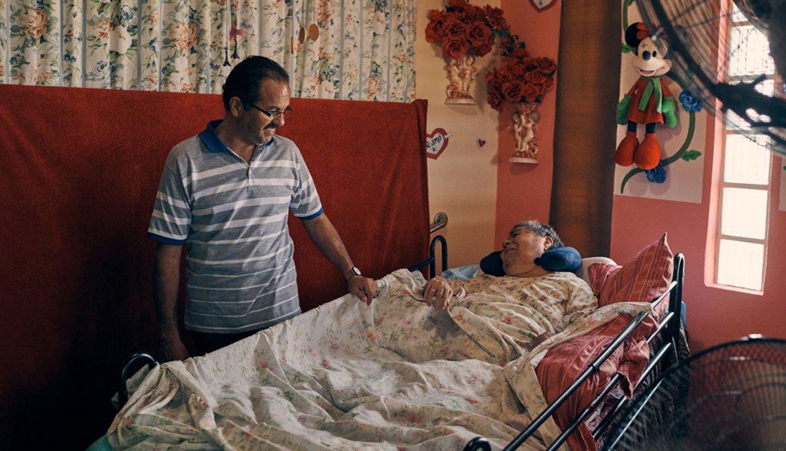 Antonio Piñero junto a su madre Juanita que está postrada en una cama
