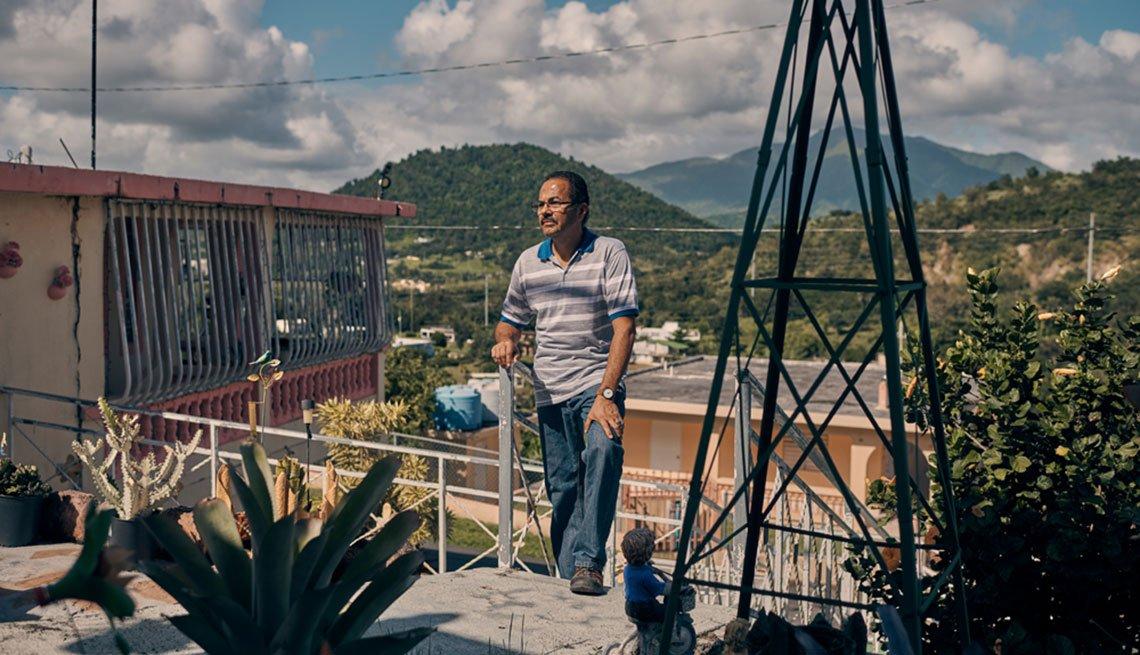 Antonio Piñero en el patio de su hogar