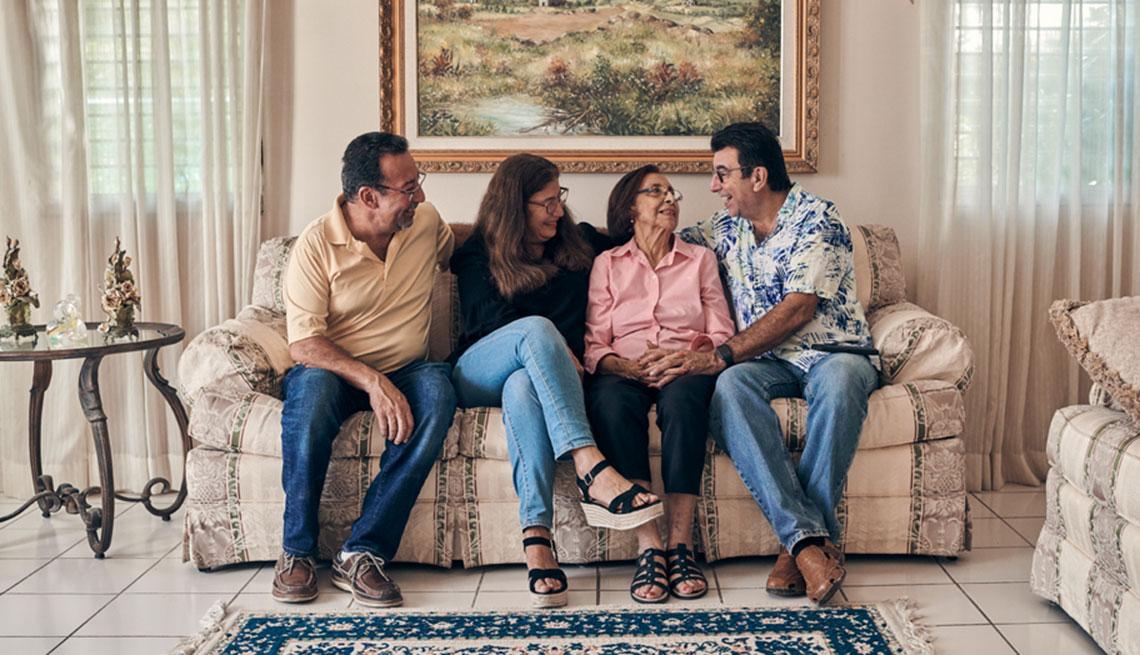 Fernando, Mirita y Alberto conversan con su madre