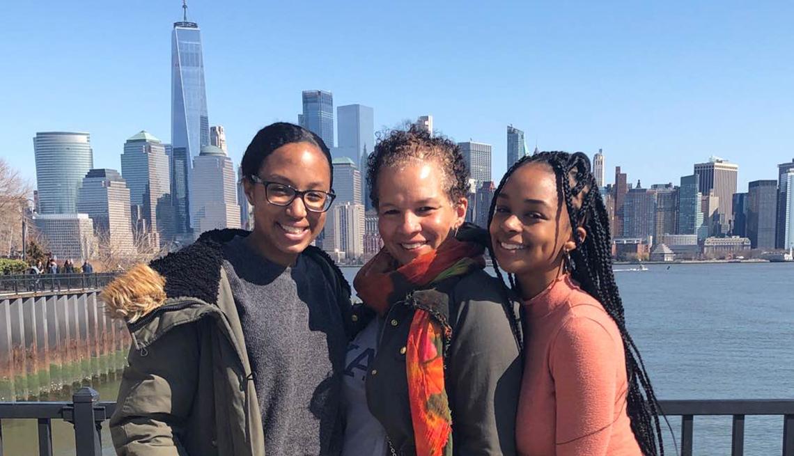 Pamela Sutton-Wallace, vicepresidenta sénior y directora regional de Operaciones del New York-Presbyterian, con sus dos hijas.