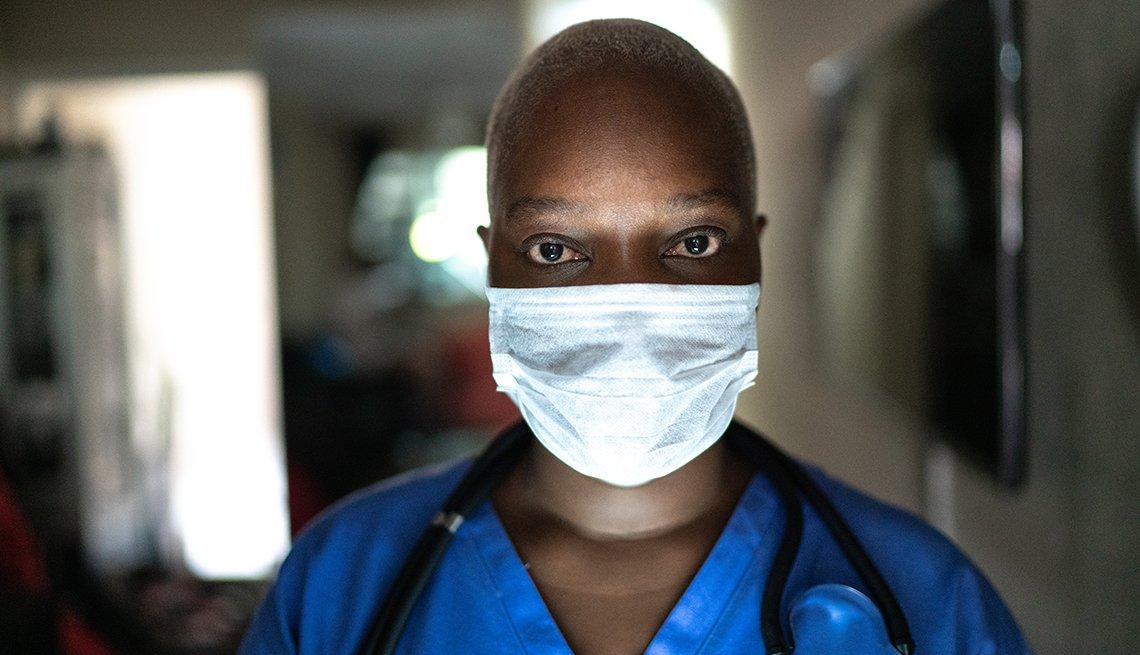 Perfil de una enfermera con una mascarilla