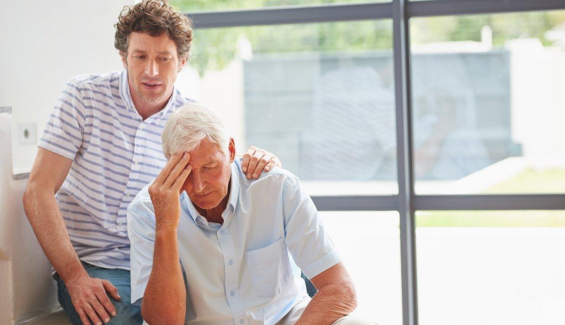 Hijo adulto consuela a su padre mayor