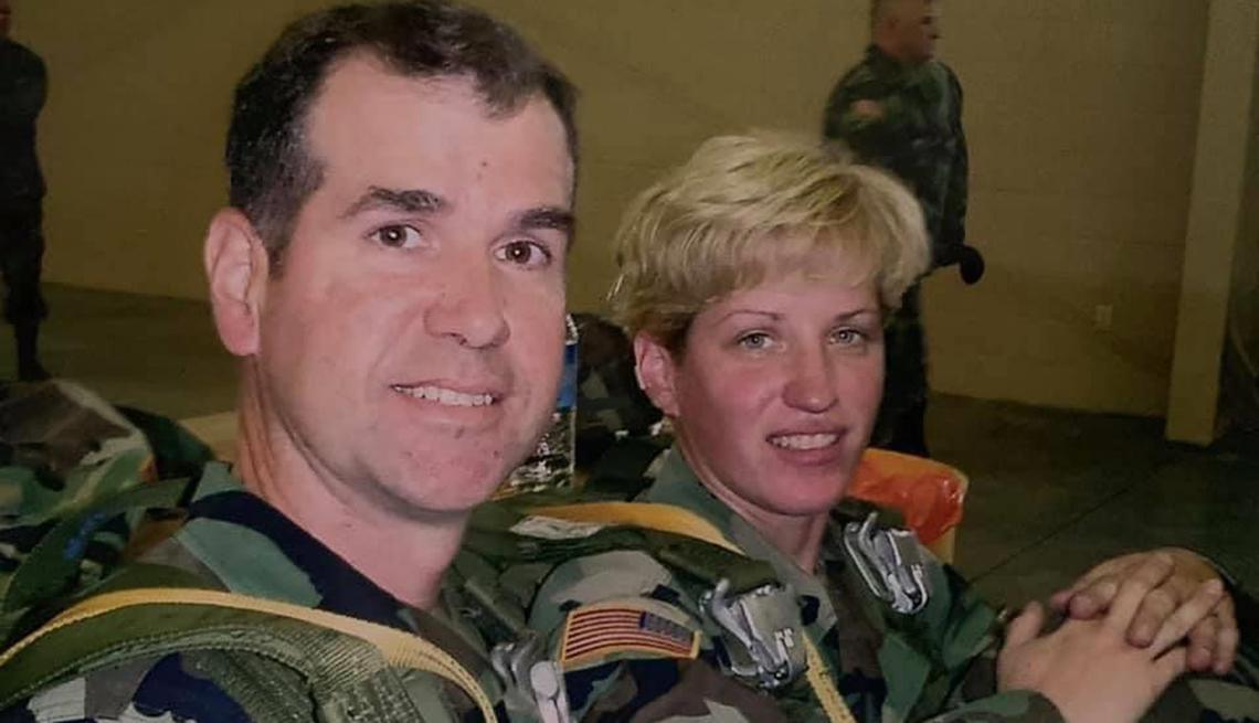 Brian Vines y su esposa Natalie en uniformes militares.