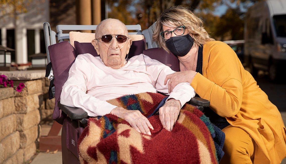 Buffy Neuberger con el residente del asilo de ancianos Don Redlin.
