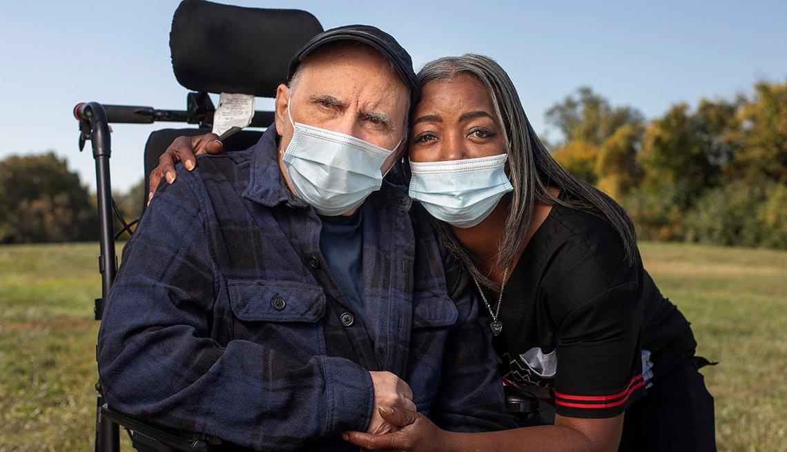 Dorothy Hicks con Jim Evola, residente del hogar Missouri Veterans Home.