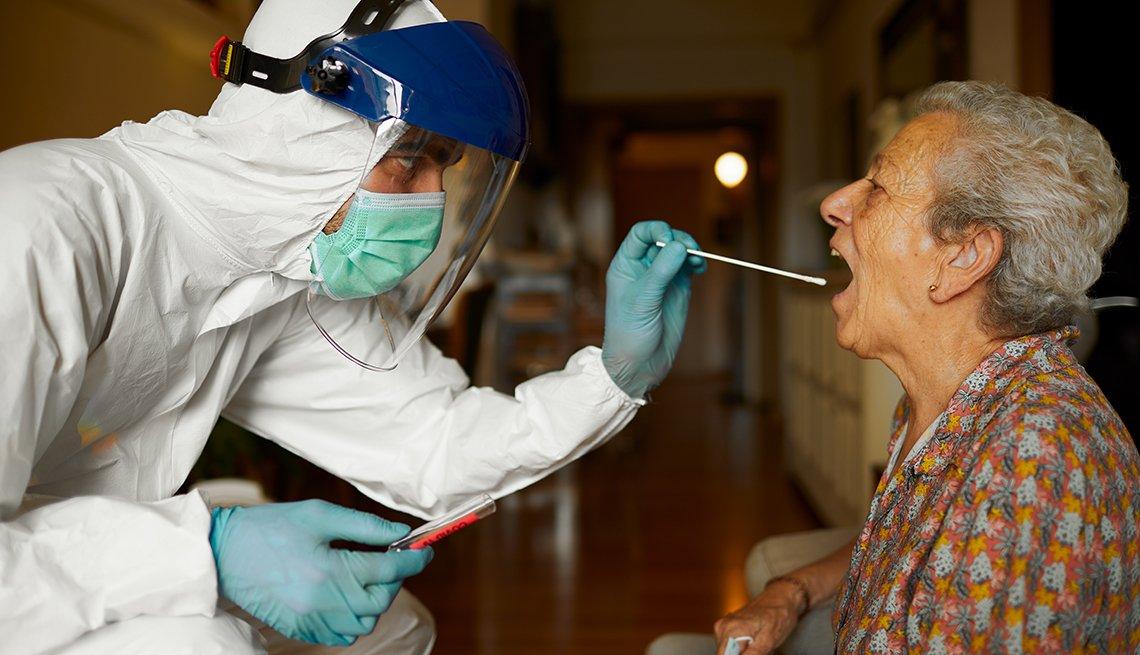 Una residente de un hogar de ancianos recibiendo una prueba de covid