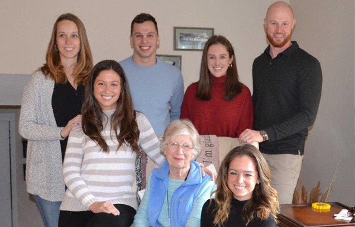Peggy Husch con sus cuatro nietas y sus dos nietos.