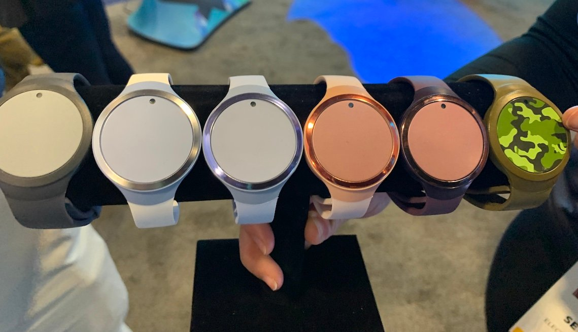 Varios tipos de pulseras electrónicas para ayudar en el cuidado de un familiar