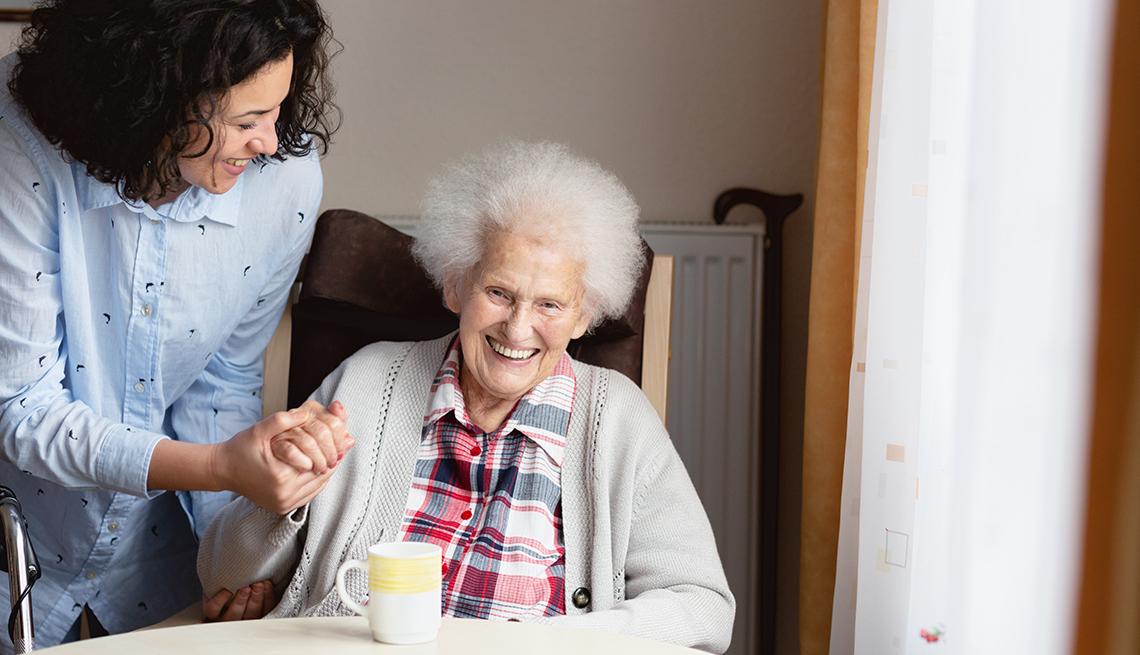 Una mujer joven ayuda a una mujer mayor