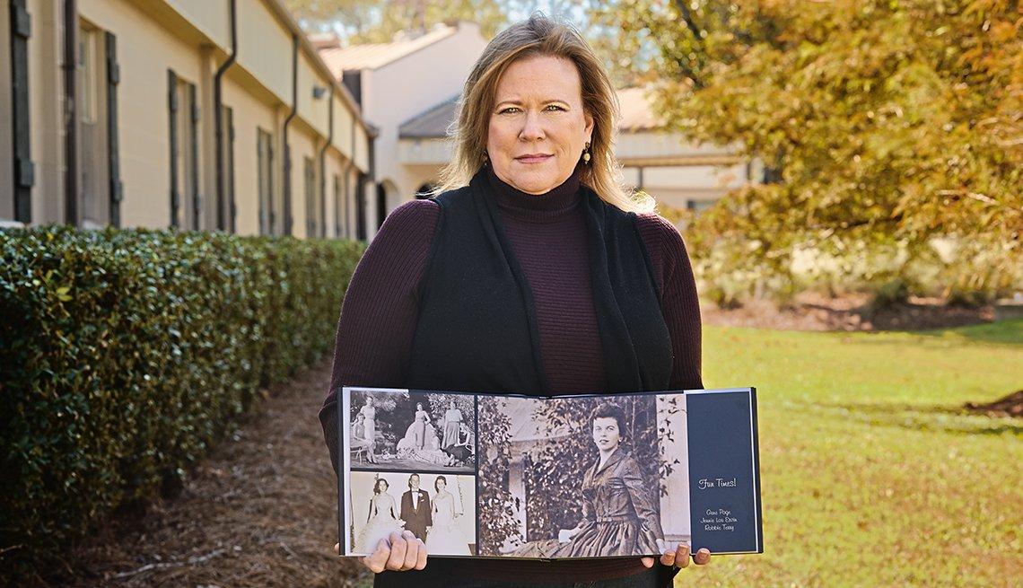 Alison Lolley sostiene un libro con fotos de su madre.