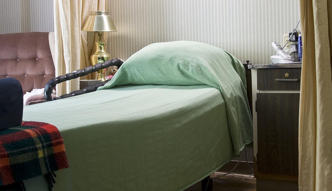 Una cama sola en un hogar de ancianos.